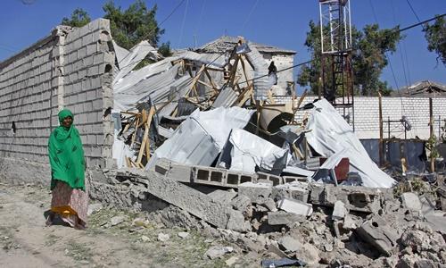 Một tòa nhà chính phủ bị phá hủy sau cuộc tấn công ngày 23/3 của phiến quân al-Shabab. Ảnh: AP.
