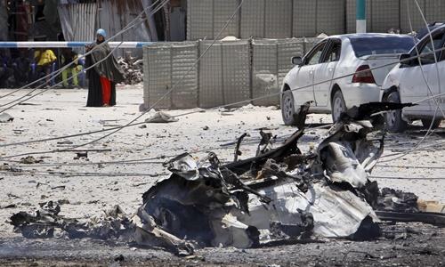 Phần còn lại của chiếc xe đánh bom tại hiện trường vụ tấn công. Ảnh: AP.