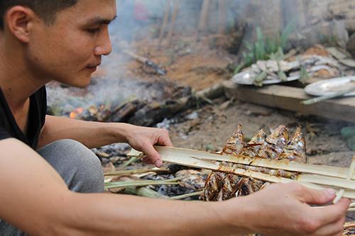 Món cá nướng là đặc sản của đồng bào Thái ở vùng biên Quan Sơn. Ảnh: Lê Hoàng.