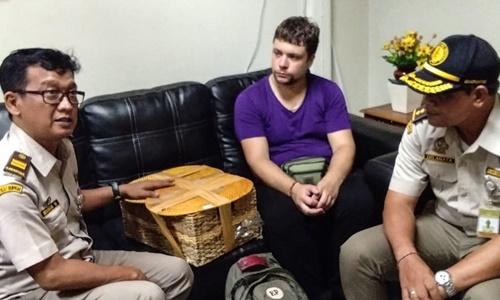 Andrei Zhestkov (áo tím) bị cảnh sát Indonesia bắt với cáo buộc buôn lậu động vật hoang dã. Ảnh: AFP.