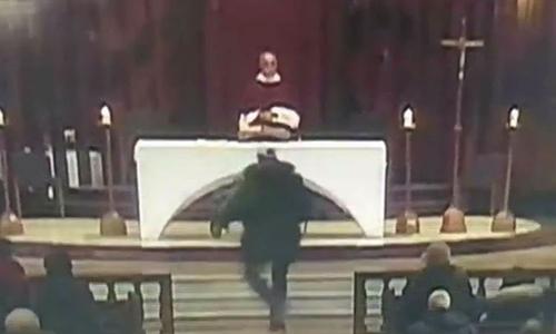 Kẻ tấn công chạy lên đuổi theo linh mục Grou trước khi rút dao đâm ông. Ảnh: The Sun.