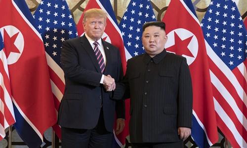 Tổng thống Mỹ Trump (trái) và Chủ tịch Triều Tiên Kim Jong-un tại Hà Nội ngày 27/2. Ảnh: AFP.