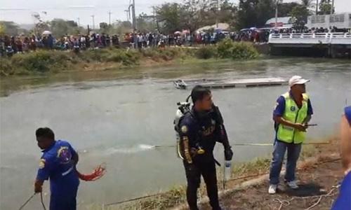 Lực lượng cứu hộ tìm kiếm người gặp nạn trên kênh. Ảnh: Facebook.