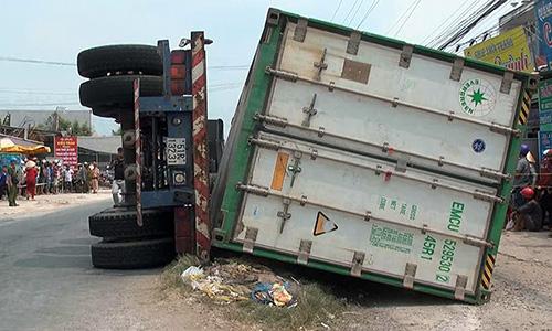 Hiện trường xe container lật đè ba bà cháu trên quốc lộ 30. Ảnh: Thanh Phong
