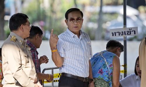 Thủ tướng Thái Lan Prayut Chan-o-cha hôm nay đi bỏ phiếu tại một điểm bầu cử ở thủ đô Bangkok. Ảnh: AP.