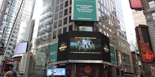 Show diễn được chiếu trên quảng trường Thời đại ngày 14/3.