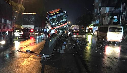Tuyến quốc lộ 1A ùn tắc nhiều giờ sau tai nạn. Ảnh: Lam Sơn.