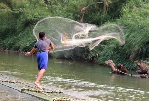 Người dân ở bản Ngàm thường chèo bè mảng đi đánh cá. Ảnh: Lê Hoàng.