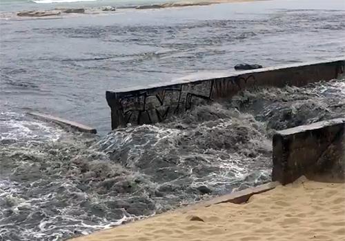 Nước thải đen ngòm chảy ra bờ biển chiều 24/3 do người dân ghi lại.