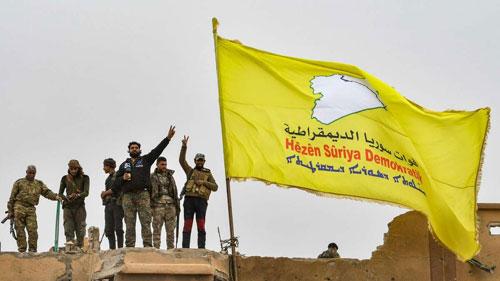 Lực lượng SDF cắm cờ trên sào huyệt cuối cùng của IS ở Syria. Ảnh: AP.