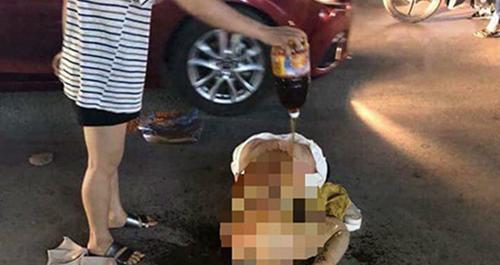 Chủ tiệm spa bị lột đồ, làm nhục trên phố. Ảnh: Lam Sơn.