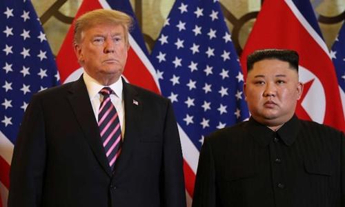 Tổng thống Mỹ Donald Trump (trái) và lãnh đạo Triều Tiên Kim Jong-un tại hội nghị thượng đỉnh ở Hà Nội hồi cuối tháng hai. Ảnh: Reuters.