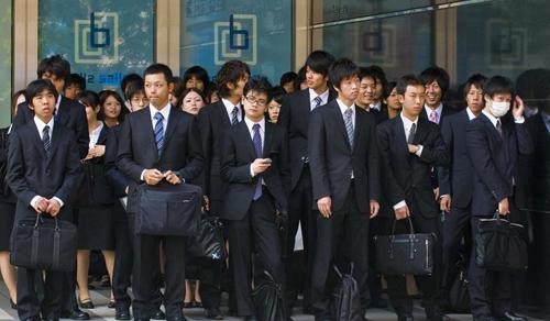 Nhân viên văn phòng ở Tokyo. Ảnh: SCMP.