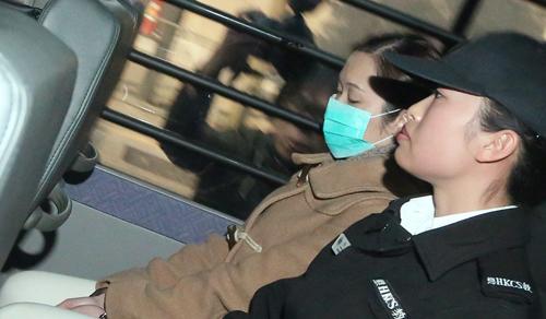 Law Wang-tung, 41 tuổi (trái) trên đường đến tòa án ở Hong Kong. Ảnh: SCMP.