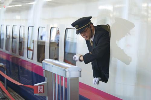 Nhân viên công ty đường sắt JR-Railway. Ảnh: SCMP.