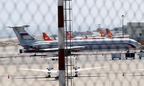 Một máy bay Nga được nhìn thấy tại sân bay ở Caracas ngày 24/3. Ảnh: Reuters.