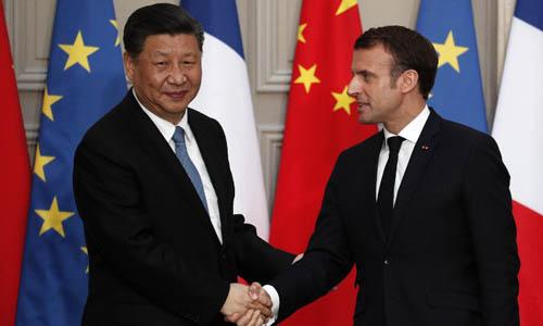 Tổng thống Pháp Emmanuel Macron (phải) bắt tay Chủ tịch Trung Quốc Tập Cận Bình trong buổi họp báo tại Điện Elysee, Paris hôm 25/3. Ảnh: AFP.