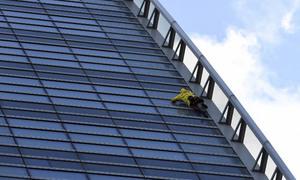 'Người nhện' Pháp leo tháp 37 tầng gây quỹ trùng tu Nhà thờ Đức Bà