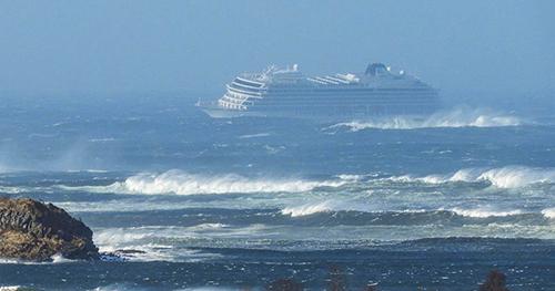 Du thuyền Viking Sky chao đảo giữa cơn bão biển. Ảnh: NBC News
