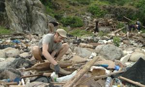 Khách Tây tham gia thử thách dọn rác ở bán đảo Sơn Trà