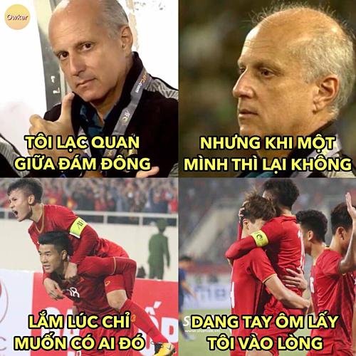Vẻ mặt thẩn thờ của HLV Thái Lan khi đội thua 4-0 trước U23 Việt Nam.