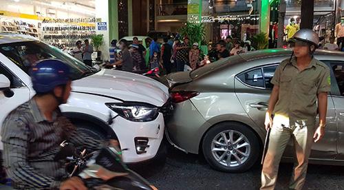 Hiện trường vụ đâm ôtô do Chín Dảo gây ra trên đường phố Cần Thơ tối 20/3. Ảnh: Hưng Lợi