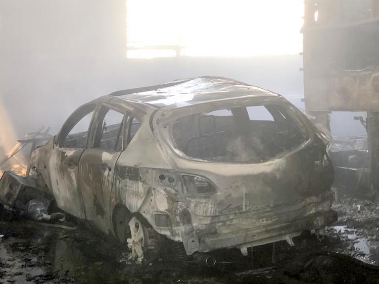 Một ôtô con trơ khung sau vụ cháy. Ảnh: Nguyệt Triều.