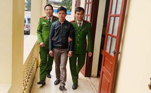 Cảnh sát dẫn giải nghi can về trụ sở điều tra. Ảnh: Lam Sơn.