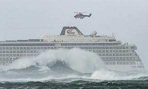 Hành khách đu dây lên trực thăng từ du thuyền hỏng giữa biển Na Uy