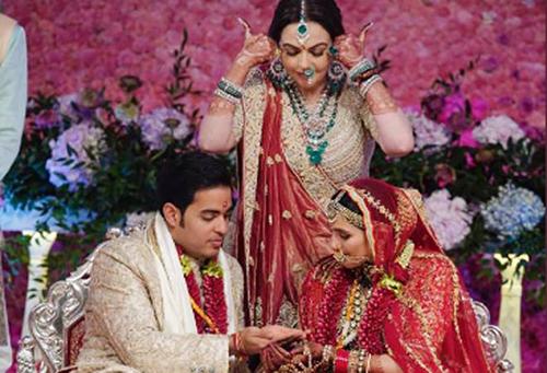 Bà Nita Ambani cùng con trai Akash Ambani và con dâuShloka Mehta tại hôn lễ hồi đầu tháng.Ảnh: Instagram