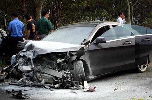 Xe Mercedes sau tai nạn. Ảnh: Khánh Hương.