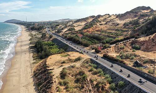Cung đường ven biển Phan Thiết tuyệt đẹp với một bên đồi cát, một bên là biển.