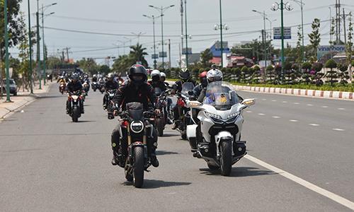 Đoàn xe di chuyển theo đội hình khi qua khu vực nội thị.