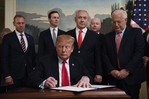Trump ký tuyên bố công nhận Cao nguyên Golan thuộc chủ quyền Israel tại Nhà Trắng hôm 25/3. Ảnh: Reuters.