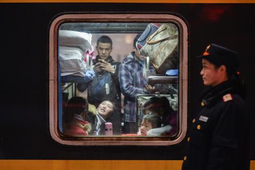 Hành khách trên một chuyến tàu khởi hành từ Vũ Hán, tỉnh Hồ Bắc, Trung Quốc. Ảnh:AP.