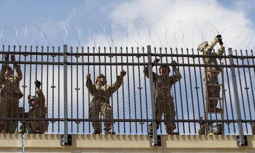 Quân đội Mỹ lắp đặt hàng rào dây thép gai ở biên giới Mỹ - Mexico, khu vực thuộc thành phố McAllen, bang Texas hôm 5/11. Ảnh: Reuters.