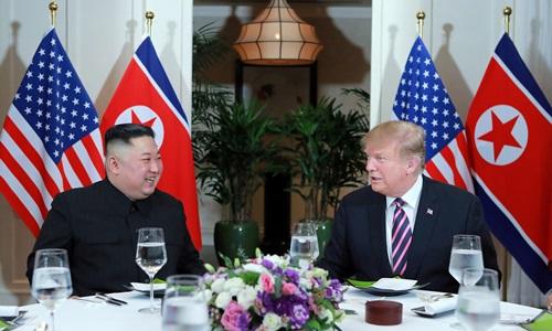 Trump (phải) và Kim Jong-un tại hội nghị thượng đỉnh lần hai ở Hà Nội cuối tháng hai. Ảnh: KCNA.