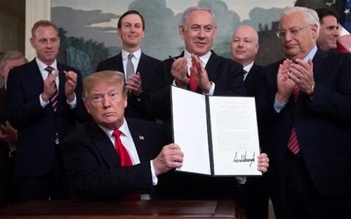 Trump giơ tuyên bố công nhận Cao nguyên Golan thuộc chủ quyền Israel tại Nhà Trắng hôm 25/3. Ảnh: AFP.