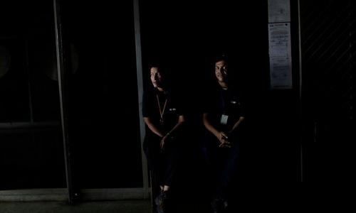 Nhân viên văn phòng tại thủ đô Caracas trong đợt mất điện ngày 25/3. Ảnh: AP.