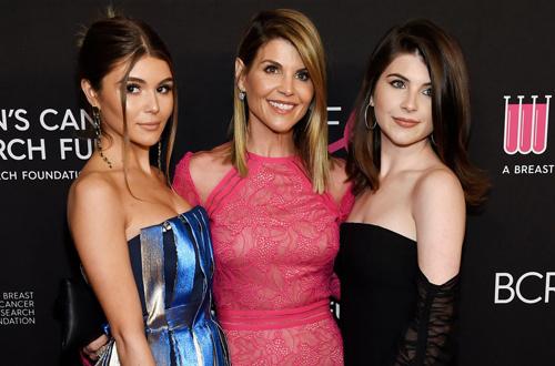 Ngôi sao Hollywodd Lori Loughlin (giữa) bị cáo buộc gian lận hồ sơ vào đại học cho con, chụp cùng hai con gái Olivia Jade (trái) vàIsabella Giannulli. Cả hai đều là sinh viên trường đại học Nam California. Ảnh: NYT.