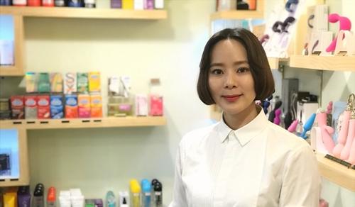 Kang Hye-young, chủ cửa hàng Piodda ở Seoul. Ảnh: SCMP.