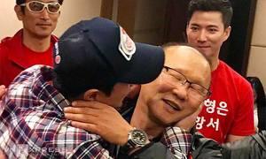 Ahn Jung-hwan ôm hôn, chúc mừng thầy Park