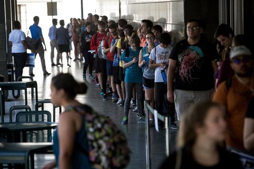 Sinh viên đứng xếp hàng ởmột trường đại học ở Mỹ. Ảnh: AP.
