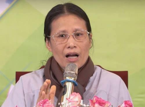 Bà Phạm Thị Yến, Chủ nhiệm Câu lạc bộ Cúc Vàng chùa Ba Vàng.
