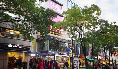 Một khu phố mua sắm nhộn nhịp có cửa hàng đồ chơi tình dục ở Seoul. Ảnh: SCMP.