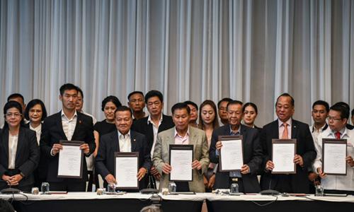 Đại diện các đảng trong liên minh do Pheu Thai dẫn đầu tại buổi họp báo ở Bangkok sáng nay. Ảnh: AFP.