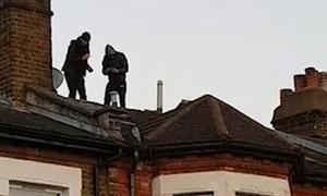 Anh điều cảnh sát vũ trang, trực thăng bắt hai tên trộm trốn trên mái nhà