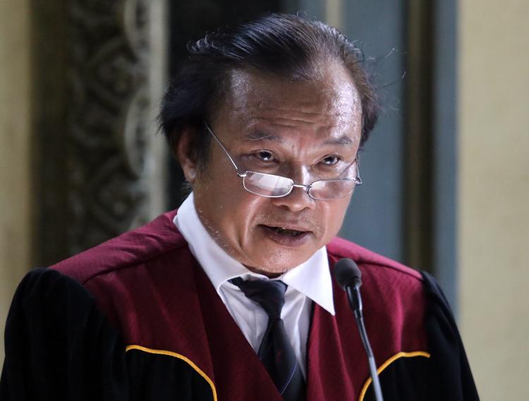 Chủ tọa tóm tắt nội dung vụ án. Ảnh: Thành Nguyễn.