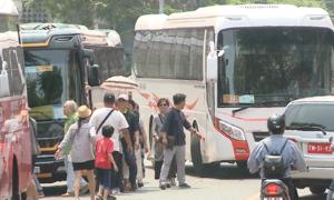 Xe du lịch đón trả khách giữa lòng đường ngay trung tâm Đà Nẵng