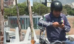 Người Venezuela đổ ra đường tìm nơi có sóng điện thoại